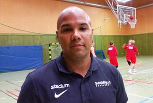 Adam Alexander är också ett välkänt ansikte i svensk basket. Han har ett förflutet i Basketligan och är nu coach för Sundsvall. Foto: Monica Sandström