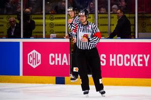 Den finska domaren Lasse Heikkinen  hade fullt upp i slutet av matchen. Foto: Simon Hastegård / BILDBYRÅN