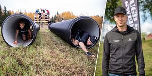 Från OCR-loppet Beat The Mountain där deltagarna kryper genom ett av hindren. Till höger är Henrik Josefsson som är tävlingsledare på Tough Race Sweden. Foto: Lars Dafgård/Emil Danielsson.