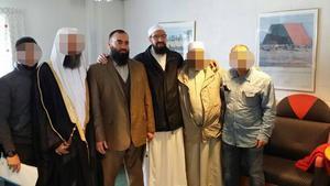 Samtliga på bilden kan kopplas till islamistiskt extrema åsikter. I mitten står Abdel Nasser ElNadi och Gävleimamen Abo Raad.