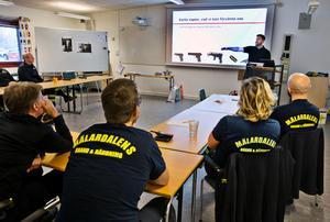 Jacob Söderbergh, instruktör från säkerhetsföretaget 2Secure, berättar för brandpersonalen att det är svårt att, utan tur, träffa mål längre bort än 15 meter med en pistol eller revolver.