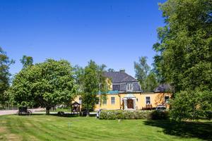 Ströms Bruk AB:s gamla brukskontor i Strömsbruk är idag vandrarhemmet Kustleden.