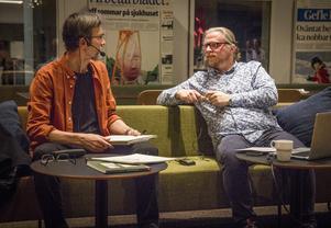 Jan Berglin och kulturredaktör Fredrik Björkman i samtal på scenen i tidningshuset.