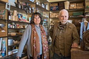 Margareta och Chris Sjöberg stortrivs i huset där historiens vingslag alltid känns.
