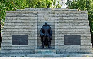 Bronssoldatmonumentet före flytten. Bild från TT via AP Photo/NIPA, Timur Nisametdino.