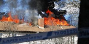 Det var klockan 09.51 på fredagsmorgonen som det började brinna i ett flerfamiljshus på Karlfeldtsgatan på Skallberget i Västerås. Den kraftiga branden spred sig och räddningstjänsten kämpade med att släcka branden på vinden.Vid 15-tiden var branden släckt och avspärrningarna kring gården hade hävts. Taket rasade in efter den kraftiga branden flerfamiljshuset på Kalfeldtsgatan.