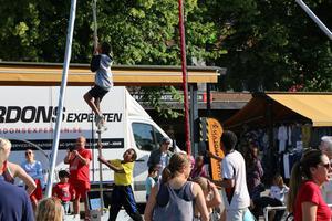 För de som inte tittade på invigningen fanns även andra aktiviteter. Bland annat kunde den som ville klättra i rep och prova hoppa på en riktig friidrotts-studsmatta.