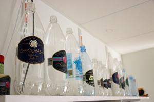 Här är några flaskor med etiketter till tidigare produktion på fabriken. Flaskan längst till vänster såldes till Arabvärlden.
