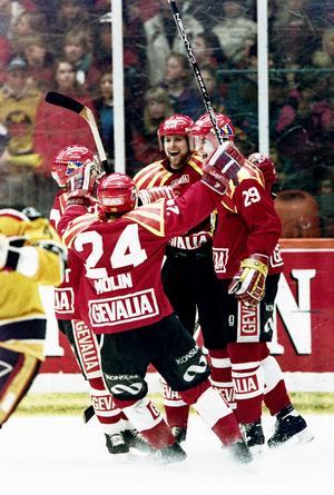 Måljubel uppe i Luleå i final 4 1993. Ove tillsammans med Jonas Jonsson och Tomas Tallberg. Bild: Bildbyrån.