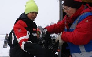 Daniel Holm lånar långfärdsskridskor av skatingklubben.