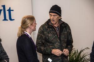 Julia Engström och Peter Nyblom diskuterar.