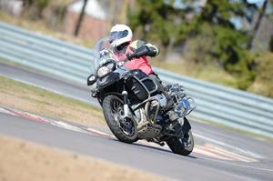 Ingen motorcyklist blir någonsin fullärd. Gert Bergström förädlar hela tiden sina kunskaper med förarkurser på bana. Här på Gelleråsen i Karlskoga.