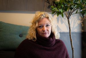 Hélène Westelius vill inte anklaga enskilda individer inom sjukvården, enligt henne handlar det om ett systemfel som gör att både personal och patienter lider.