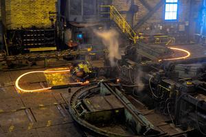 I dag drivs Söderfors bruk i tre enheter Erasteel Kloster AB, Söderfors Steel AB och Damasteel AB, med betydligt färre anställda än förr men med en teknologi som ligger i framkant inom olika områden. Foto: Roger Lööf