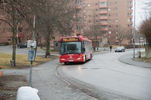 Backen upp till Bårstaberget är krävande, och en anledning till att många väljer bussen.