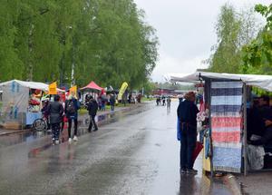 När det regnade som mest tog marknadsbesökarna skydd under tak, presenningar och paraplyer.