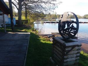 Vass, plastpåsar och pappersskräp plockades upp från stranden runt Marma Flottarkoja och den nya allmänna båtbryggan. Så nu kan alla åter njuta av en ren natur vid Dalälven. Foto: Lars Gustafson