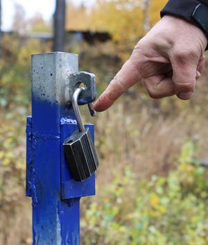 Micke visar att tjuvarna använt sig av ett verktyg för att få upp låset.