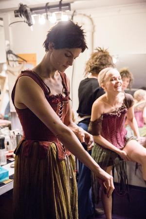 Det är trångt men hjärtligt bakom scenen när Karin och de andra artisterna sminkar kropparna till lortigt 1800-tal.