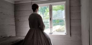 Så här kan man nog föreställa sig Elin under slutet av 1800-talet. Här en bild från 1800-talsveckan på Torekällberget i Södertälje 2019 med Lena Johansson vid fönstret.