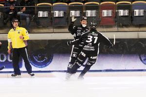 Sandvikens Rasmus Forslund åker fram till Christoffer Edlund för att måljubla.