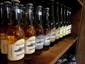 Vackra flaskor. Det skånska musteriet gör must av privatpersoners överblivna frukt.