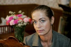 Modeskaparen Camilla Thulin tog sig tid att betygsätta Ljusdals Bandyklubbs supporterprylar samma dag som Nobelfesten