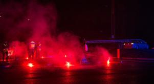 Polisen stannade på platsen för att lysa upp vägen.