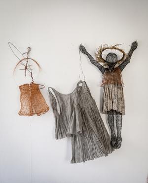 Uppåt väggarna. Hemmet är fullt av Kira Malmstens konst.