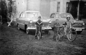 Yxskaftkälen i Jämtland 1956. Till höger syskonen lars och Sariane Höglund och till vänster deras kusin Per Höglund, alla har fått nya cyklar lagom till midsommar. Bakom dem en Ford Taunus och en Austin Cambridge. Inskickat av Sariane Liljeberg.Betgallring i Stenkumla på Gotland 1940. Systrarna Cederlund poserar i en paus, från vänster Clara, Mary, Margaretha och Ingrid, som skickat in bilden.