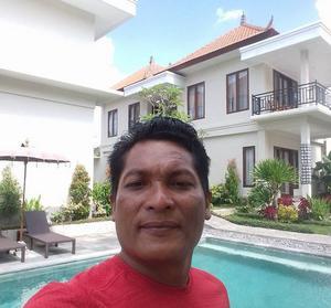 Wayan Sujana satsar på turismen i stället för riset och driver bland annat ett litet hotell utanför Ubud.
