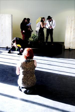 En riktigt spaghettiwestern. Årets regissör Malin Söderberg instruerar Dalaspexets ensemble under repetitionerna inför premiären.