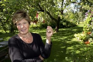 Monica Yngvessons trädgård i Salbohed nära Sala, marktäckare, trädgårdsplanering, mormorsträdgård, gamla växter, kulturarv, stenlagd trädgårdsgång