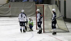 Rickard Ivarsson peppar Gustav Jonsson efter straffmålet till 9–3.