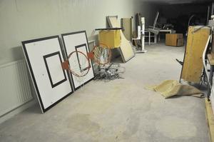 Basketkorgar men också bord och stolar. Det är några saker som finns i skyddsrummet i Tierp.