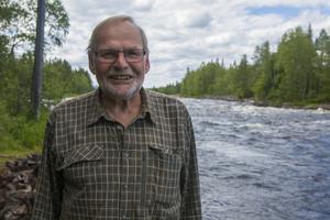 Göran Öst nere vid Ljusnans strand, där han också passade på att grilla tillsammans med några av besökarna.