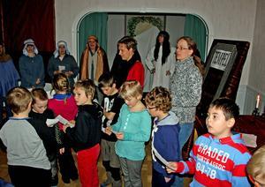 Tvåorna på Torpshammars skola får veta varför påsken firas under påskvandringen. Kyrkans anställda och frivilliga Fränstabor hjälps åt med att förmedla berättelsen.