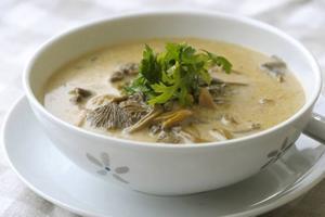 BILLIGT I KRISTIDER. Varm, mustig och mättande kan en enkel soppa stilla allt från hunger till finansoro. Här en vidunderlig kantarellsoppa.