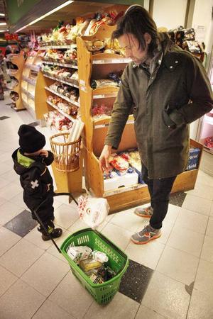 På affären tar Vinston korgen och agerar bollplank till pappa Niklas om vad som ska köpas med hem.