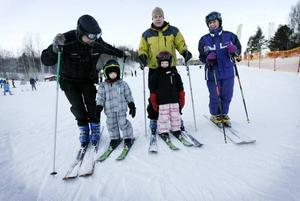 Fyra generationer åker tillsammans i Kungsberget. Lars Bäckström med sina barnbarn Tilde och Alva, sonen Fredrik och sin mamma Aivy Bäckström.