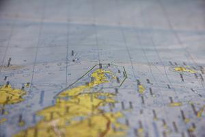 Skatön är långsmal och slutar i en spets i havet. Det gröna strecket markerar naturreservat runt hela ön.