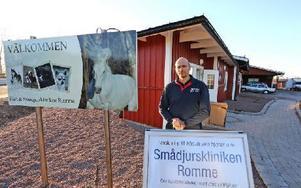 Veterinär Antonio Gerbino framför de båda klinikerna. Foto: Johnny Fredborg