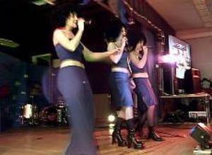 Foto: GUN WIGH Röj. Afro Dite fick symbolisera 2000-talets musikstil. Cissi Jansson, Eleonor Henriksen och Lisa Törnblom sjöng för full hals i Never let it go, årets svenska bidrag till Melodifestivalen.
