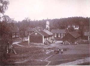 Vy över brukets arbetarbostäder år 1888. Kapellet syns i bakgrunden.