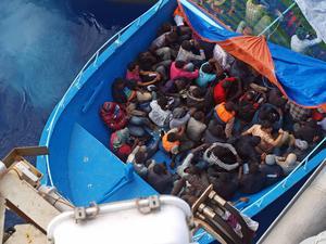 Flyktingarna betalar mellan 100-150 euro för den livsfarliga resan.