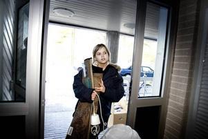 """flyttar in. Mikaela Björklund flyttade i går in i en tvårummare på Ulvsätersvägen. Hon visste inte om att Gavlegårdarna tänker sälja fastigheten men har inget emot det så länge det inte påverkar hyran. """"Jag betalar 4 500 i månaden och då tillkommer både bredband och el"""", säger hon."""
