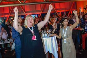 Anna Hedh (t.v.) jublar på Socialdemokraternas valvaka på Clarion i Stockholm när valresultatet kommer på söndagskvällen. Foto: Claudio Bresciani / TT
