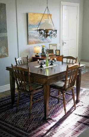 En hel del vackra trämöbler finns det hemma hos Luotsinens. Bordet köptes tillsammans med stolarna i Stockholm. Colette ringde på en annonspå blocket som hade varit ute i några minuter. En timma senare hade paret hämtat hem allt.