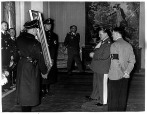 Adolf Hitler och Herman Göring beskådar en målning av den österrikiske målaren Hans Markart. Foto:Okänd fotograf.