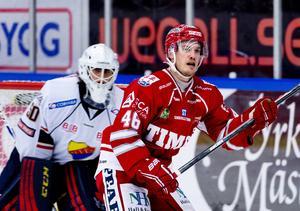 Oscar Johansson trivs med att jobba vid sidan av hockeyn.
